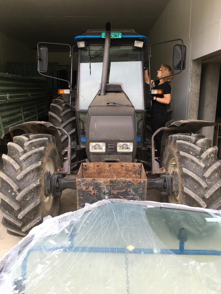 Türscheibe am Traktor einkleben