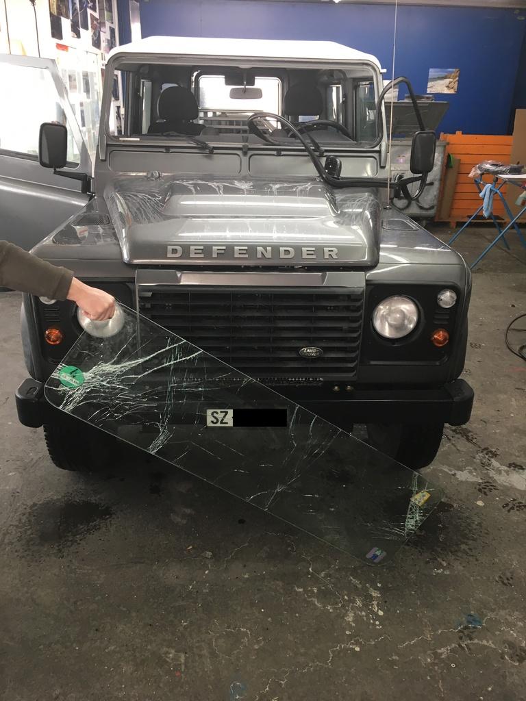 Land Rover Defender Frontscheibe ersetzen