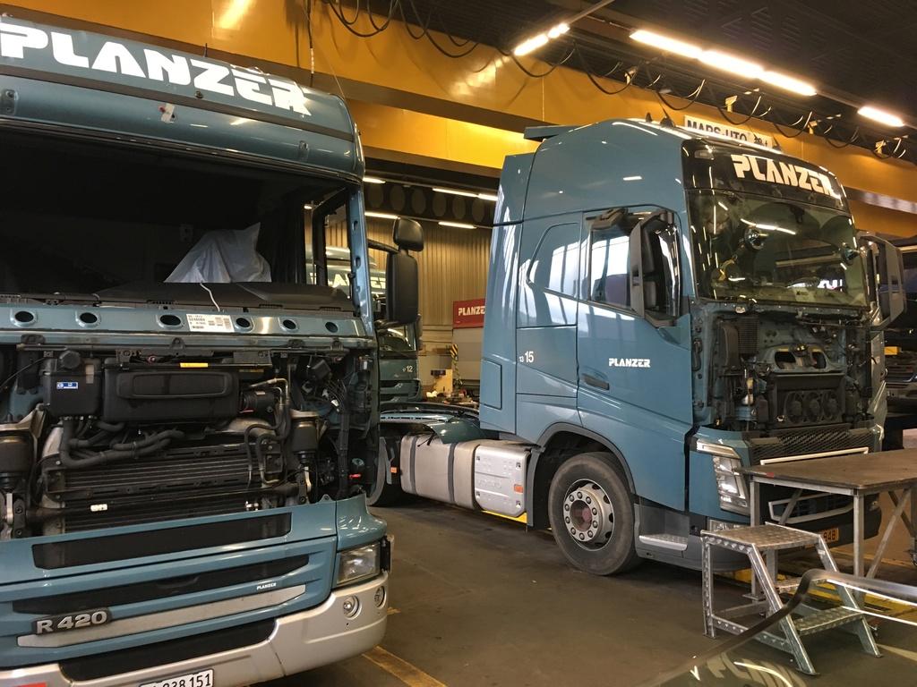 Frontscheiben an zwei Lastwagen ersetzen