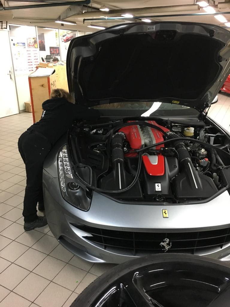 Frontscheibe am Ferrari FF ersetzen.